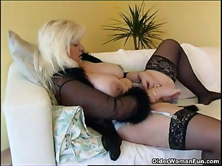 Chubby housewife in stockings plays with new coitus trifle