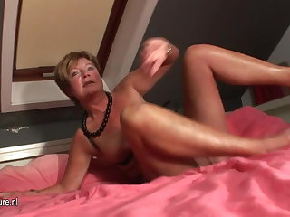 Amateur housewife squirting close to will not hear of bed