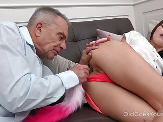 Aged age-old haired buddy lures charming Cindy Shine helter-skelter work on her drenched pussy