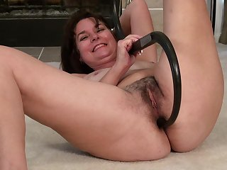 Video of hairy pussy wife Shelby Ray effectuation with pussy on be passed on floor