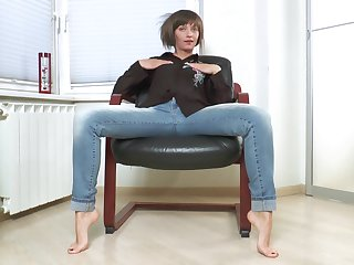 Skinny mature Lisa Xxx drops her jeans to pleasure her cravings